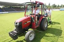 Úpravy trávníku na hradeckém fotbalovém hřišti.