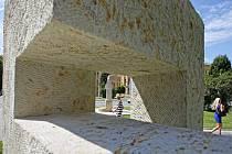 Tylovo nábřeží v Hradci Králové bude rok zdobit pět nových pískovcových soch.