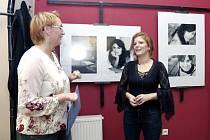 Fotografická výstava nazvaná Za vším hledej ženu v královéhradecké jídelně Bazalka v ulici Karla Hynka Máchy.