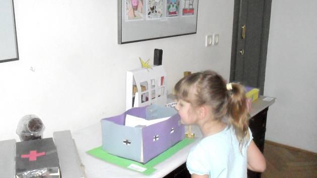 Výstava Děti, město a Český červený kříž v Dětském ateliéru královéhradeckého Muzea východních Čech.