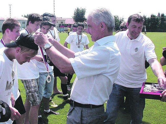 SLAVNOSTNÍ CHVÍLE. Ředitel profesionálního fotbalu Ivo Lubas předal hradeckým dorostencům mistrovské medaile.