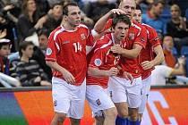 Radost. Jednu z branek v duelu o třetí místo proto Ázerbájdžánu vstřelil Zdeněk Sláma (v objetí chrudimského Radovana Kroulíka).
