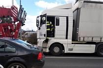 Kamion stál v křižovatce a blokoval provoz