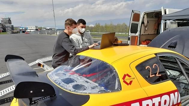 Testování okruhového speciálu Mazda RX8.