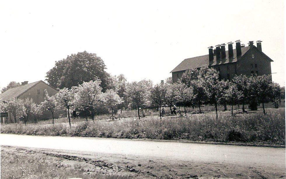 ŽIVOTNÍ ÚROVEŇ vesnice stoupala od 50. let. Obec investovala do veřejného osvětlení a rozhlasu, opravila školní budovu a byla vystavěna sokolovna. Na snímku se nachází sušárna z roku 1968.