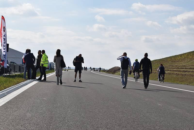 Tisíce lidí navštívili pěšky, na bruslích nebo na kolech nový úsek dálnice D11. Dálnice z Hradce králové do Jaroměře se autům otevře 17. prosince.