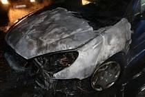 Požár poničil dvě zaparkovaná auta. Na vině byla závada.