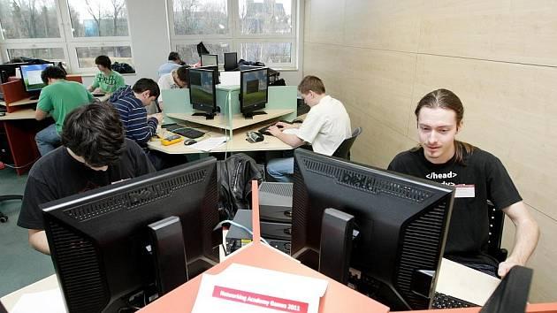 STUDENTI soutěžili v oblasti informatiky.