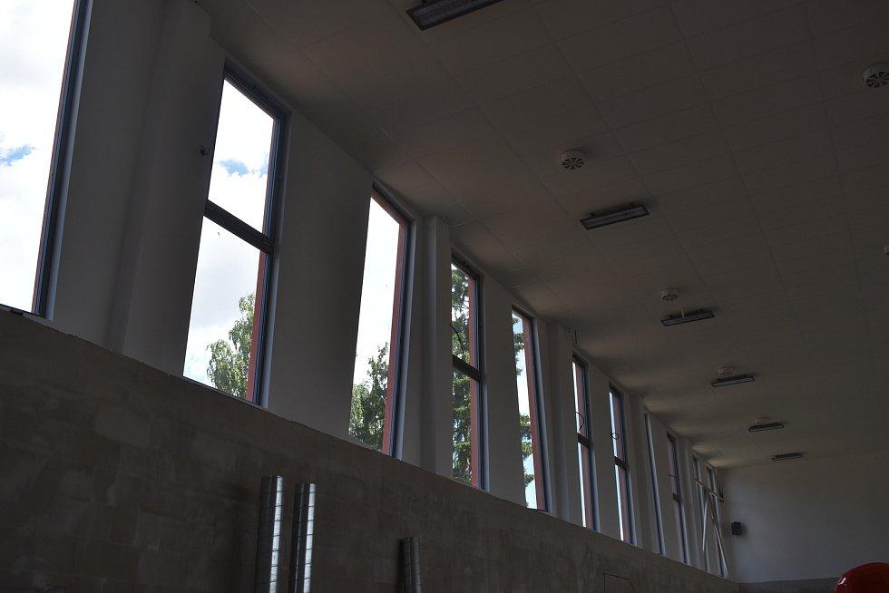 Nová sportovní hala by měla být hotová letos na podzim. Na první pohled na ní zaujmou šikmá okna.