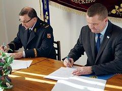 Ředitel Hasičského záchranného sboru Královéhradeckého kraje František Mencl a ředitel Krajské veterinární správy Aleš Hantsch při podisu Dohody o plánované pomoci na vyžádání.