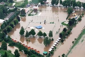 Letecký snímek z povodní na Královéhradecku.