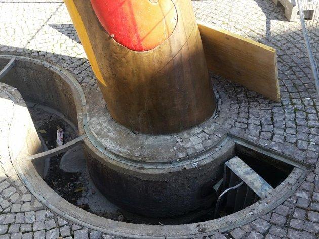 Z fontány zmizely kovové rošty.