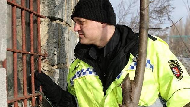 Policie kontroluje chatky, jestli se nestaly místem řádění zlodějů.