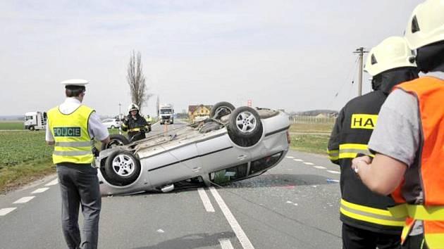 Dopravní nehoda na silnici I/11 u obce Roudnice.