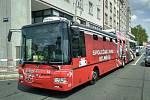 Trolejbus kvůli neznámému vozidlu musel prudce zastavit.
