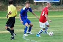 Krajská fotbalová I. A třída - fotbalisté Libčan (uprostřed) v jednom z duelů.