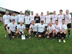 Šampion skupiny A a zároveň postupující do krajské I. A třídy - tým Lokomotivy Hradec Králové ve vítězných trikách.