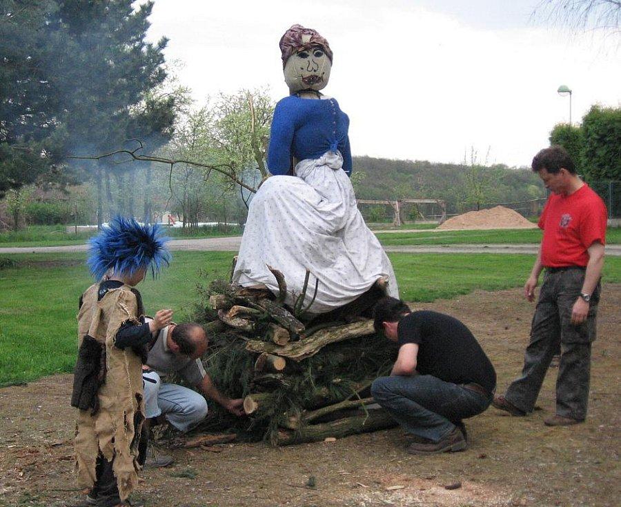 Čarodějnice se pálily v Sověticích v pátek 30. dubna 2010.
