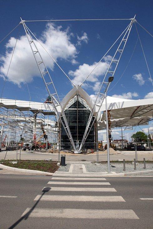Stavba autobusového terminálu se blíží ke konci. Nádraží za téměř 400 milionů korun zahájí provoz během června letošního roku.