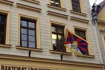 Tibetská vlajka na budově rektorátu Univerzity Hradec Králové.
