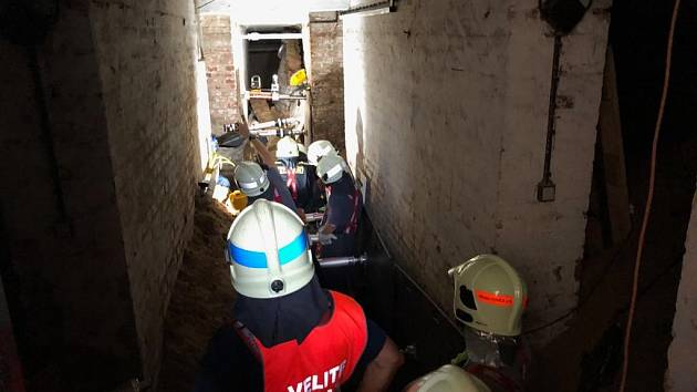 Hasiči vyprostili osobu ze závalu ve sklepě, na místo byla povolána technika záchranného útvaru.