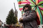 Stavění vánočního stormu na Velkém náměstí v Hradci Králové.