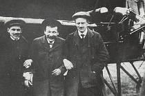 Usměvaví letci a konstruktéři: Eugen Čihák, Oldřich Dvořák a Jan Kašpar před svým strojem.