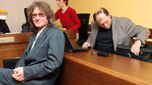 Výslechem další svědků pokračovalo u krajského soudu hlavní líčení s bývalým sbormistrem dětského pěveckého sboru Bambini di Praga Bohumilem Kulínským. Na snímku vpravo s obhájcem Tomášem Sokolem.