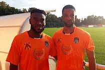 Fotbalový klub z krajského přeboru Královéhradecka má ve svém středu zahraniční fotbalisty. Mezi ně patří také Ghaňan Musa Ansuma (vlevo) a Francouz Jean David Nessoumou.
