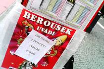 Cedule přelepená přes plakát Cirkusu Bernes v centru Hradce Králové.