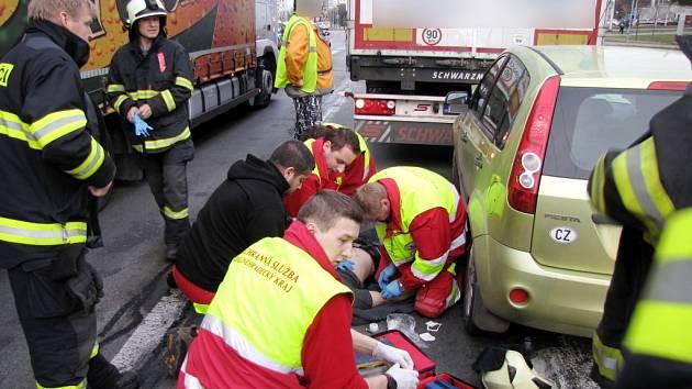 Dopravní nehoda osobního a nákladního vozidla v Sokolské ulici v Hradci Králové.