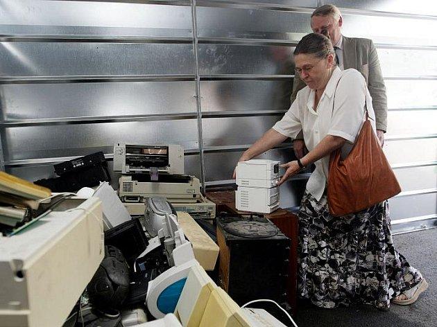 Slavnostní předání prvního e-domku, který je určen pro shromažďování elektrospotřebičů ve sběrných dvorech v Královéhradeckém kraji v rámci projektu Čistá obec, čisté město, čistý kraj.