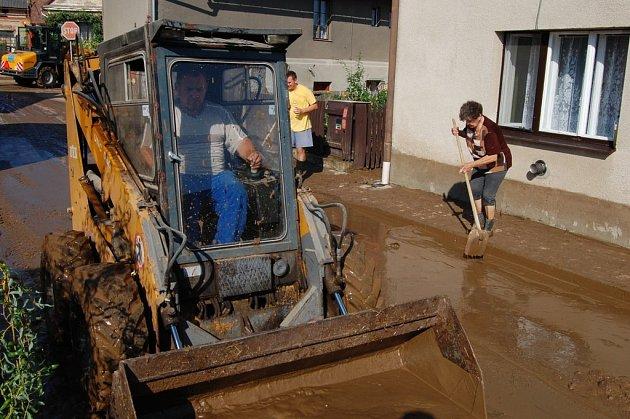 Přívalový déšt zaplavil v noci na pátek obec Stěženy na Královehradecku.