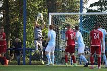 Utkání 2. kola MOL Cupu mezi Chlumcem nad Cidlinou (ve světlém) a Chrudimí (0:1p).