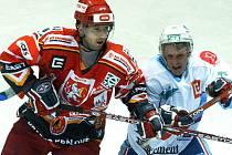 Hradec Králové vs. Chomutov. Na snímku je Petr Domin (vlevo)