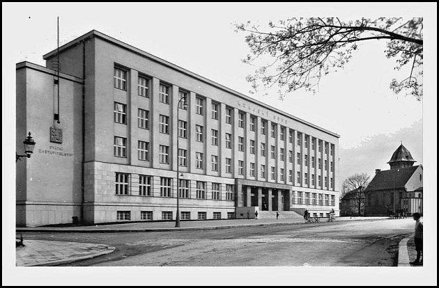 Krajský soud vHradci Králové vznikl roku 1850, po roce 1949do jeho působnosti přešlo území zrušeného krajského soudu vJičíně a po roce 1960iúzemí krajského soudu vPardubicích.