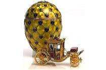 Korunovační vejce ukrývá miniaturu kočáru, kterým jela carevna ke korunovaci. Je považováno za nejkrásnější a nejdražší velikonoční vejce světa.