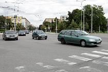 Křižovatkou u Koruny denně projede velké množství vozidel.