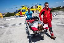 Simulované předání pacienta na heliportu fakultní nemocnice v rámci výjezdního zasedání Výboru pro zdravotnictví a sociální politiku Senátu Parlamentu ČR v Hradci Králové.