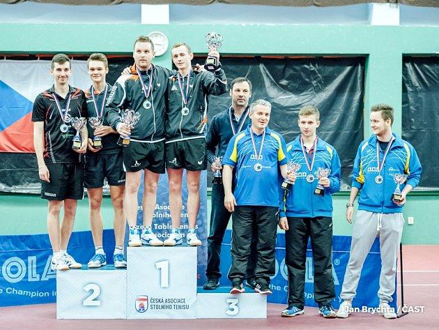 Čtyřhru mužů na mistrovství České republiky ve Frýdlantu nad Ostravicí ovládli hráči DTJ Hradec Králové David Palkovský (na stupínku číslo 1 vlevo) a Martin Koblížek.