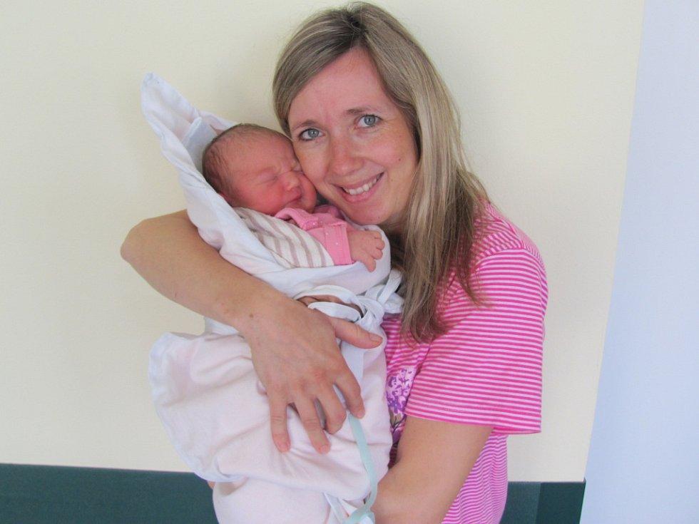 NELA SMUTNÁ se narodila 8. dubna ve 20.10 hodin. Měřila 50 cm a vážila 3620 g. Potěšila své rodiče Denisu Rydvalovou a Radka Smutného z Chlumce nad Cidlinou. Doma se těší sestřičky Natálka a Leontýnka.