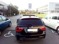 Špatně parkující automobil