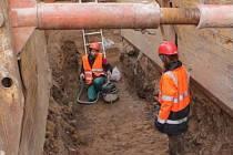 Archeolog Radek Bláha při práci na hradeckém Velkém náměstí, kde průzkum předchází výměně potrubí.