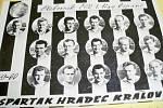 Spartak HK, mistr ligy 1959/60 (tablo) - vlevo: trenér Jiří Zástěra; h. řada zleva: kap. Pičman, Jindra, Paulus, Andrejsek, Hledík, Michálek; prostř. řada zl.: Pokorný, Kvaček, Černý, Krejčí, Malík; d. řada zl: Tomášek, Buranský, Čermák, Macek, Runštuk.