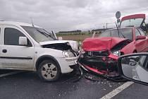 Nehoda zablokovala silnici z Hradce Králové na Černilov, čelní střet si vyžádal dva zraněné.
