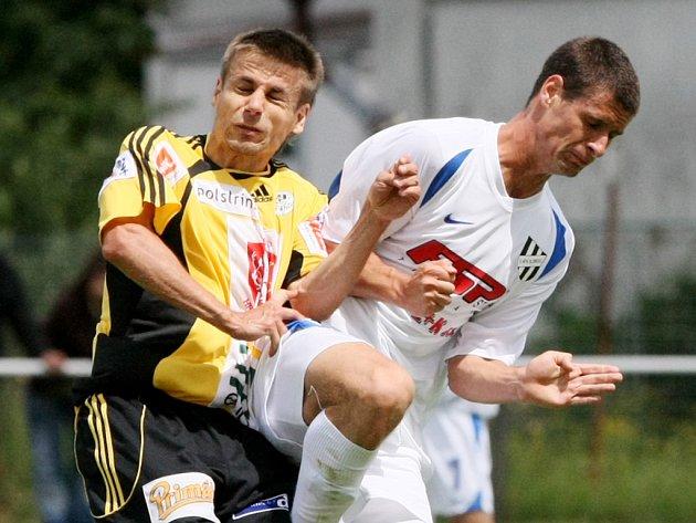 JE ZPÁTKY. Po polské štaci zakotvil obránce David Kalousek (vlevo) opět v Hradci Králové. Smlouvu podepsal na jeden rok.