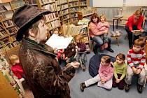 Knihovnice četla dětem Pohádky z punčošky.