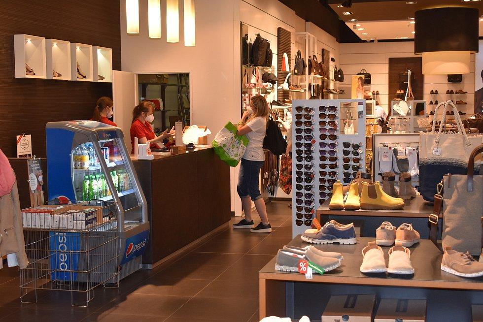 Velký zájem mají lidé také o obuv.