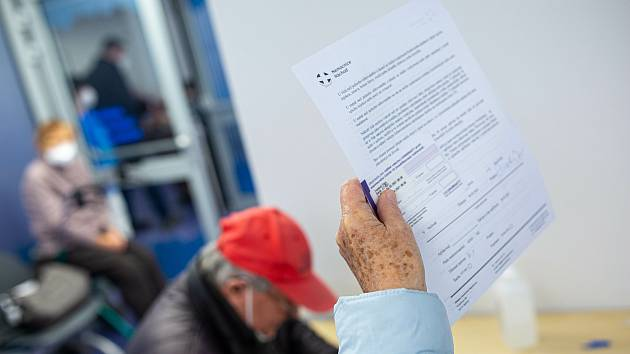 Před očkováním si jen prostuduje informace o vakcinaci a vyplníte jen několik otázek a podepíšete (takže brýle pokud potřebujete na čtení s sebou!)