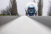 Cesta nadměrného nákladu po Královéhradecku.